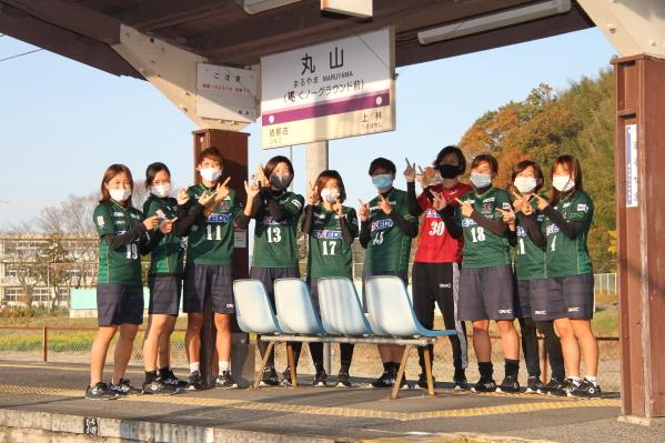 副駅名は「くノ一グラウンド前」 選手も除幕式に参加 伊賀鉄道丸山駅